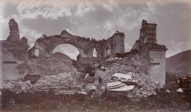 Ruinas del Complejo de la Recolección en Antigua Guatemala en 1875. Wikimedia Commons.