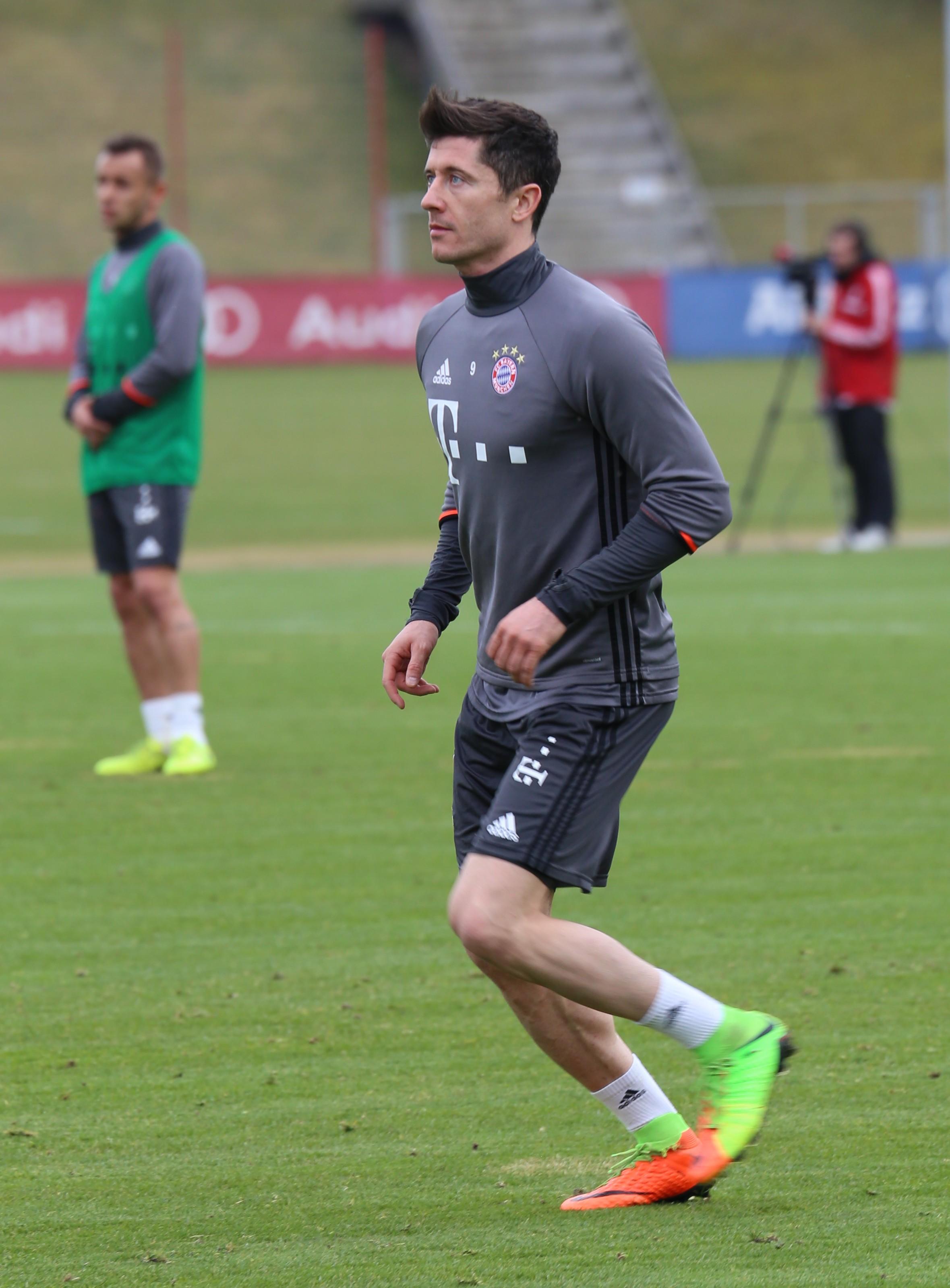 File Robert Lewandowski Training 2017 03 FC Bayern Muenchen 2