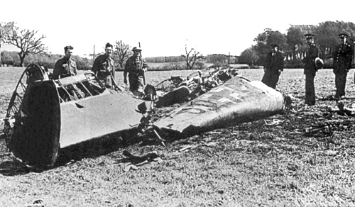 https://upload.wikimedia.org/wikipedia/commons/1/18/Rudolf_Hess_-_Bf_110D_Werk_Nr_3869_-_Wreckage_-_Bonnyton_Moor.jpg