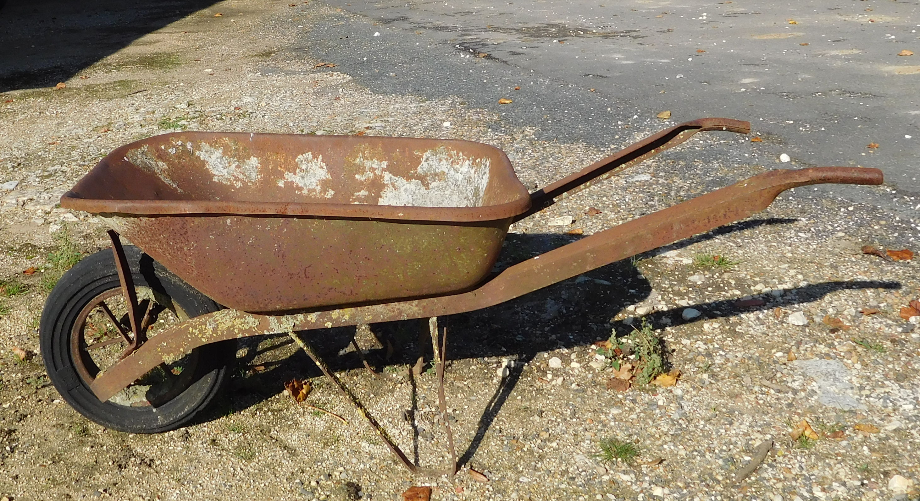 File:Rusty wheelbarrow.jpg - Wikimedia Commons