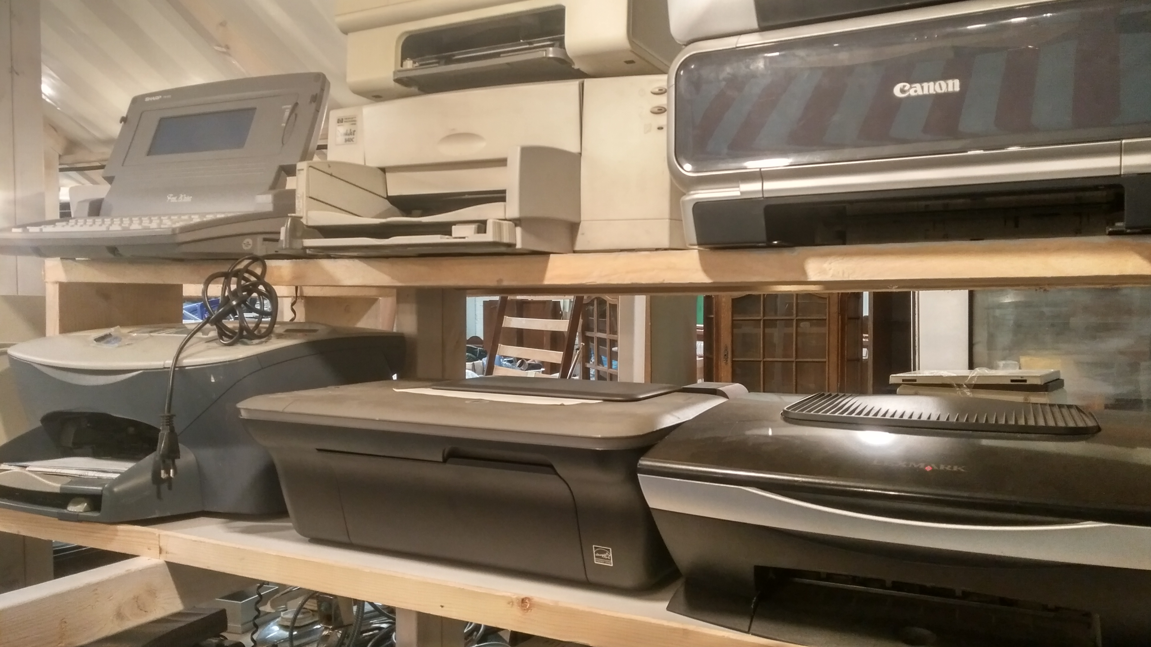File:Second-hand electronics and accessories at Een Nieuwe Kans