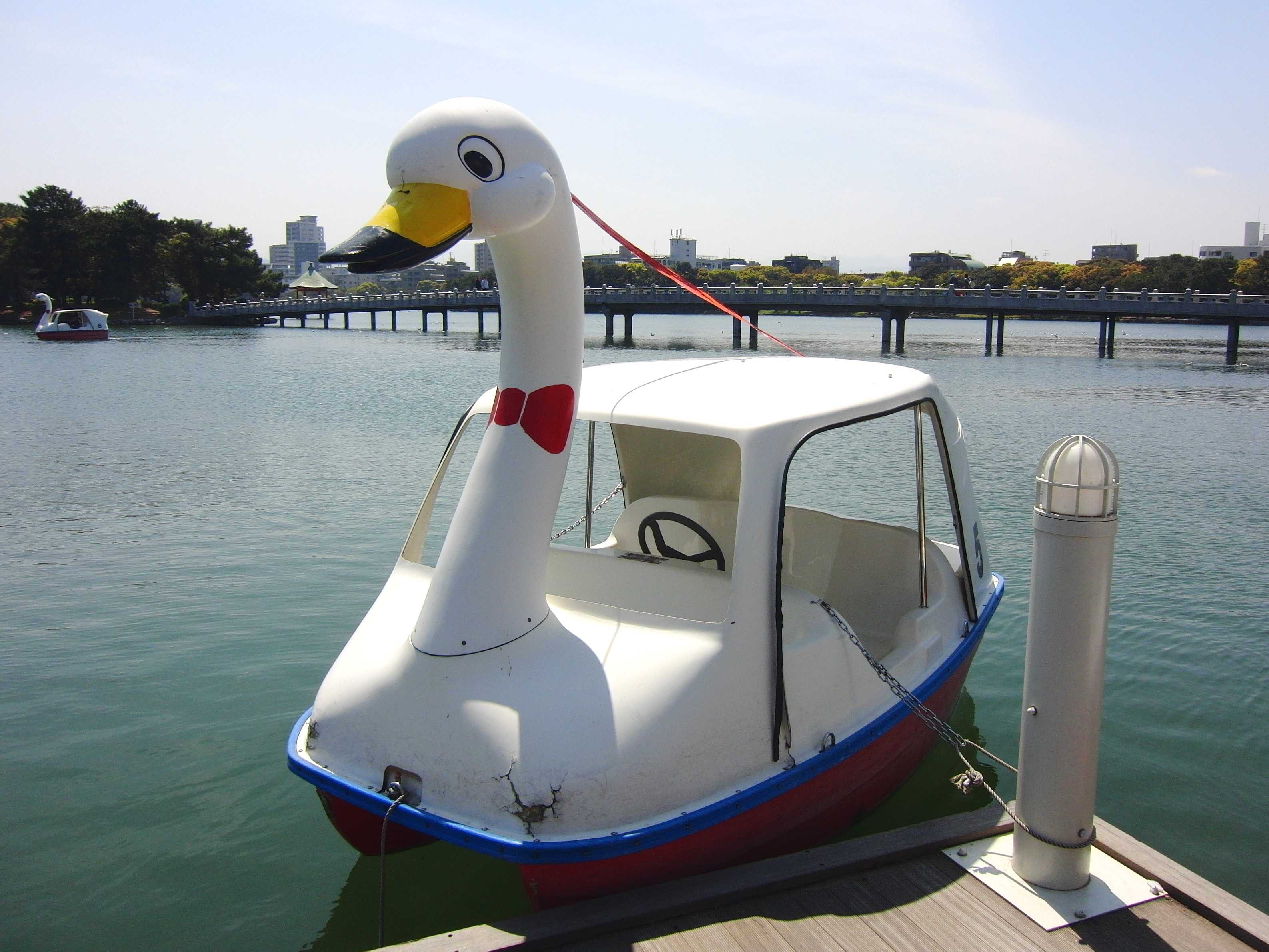 http://upload.wikimedia.org/wikipedia/commons/1/18/Swan_boat_at_Ohori_park.jpg