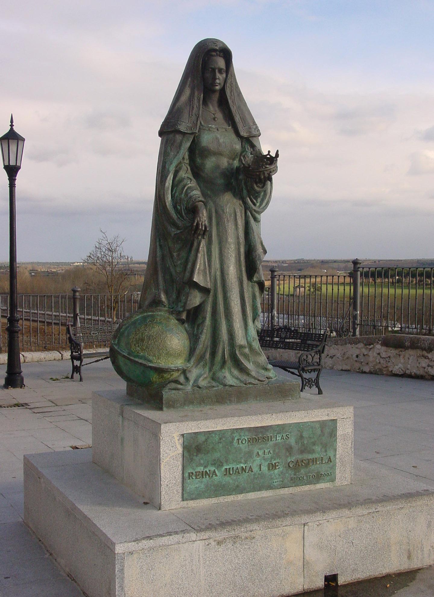Estatua reina Juana con los campos al fondo
