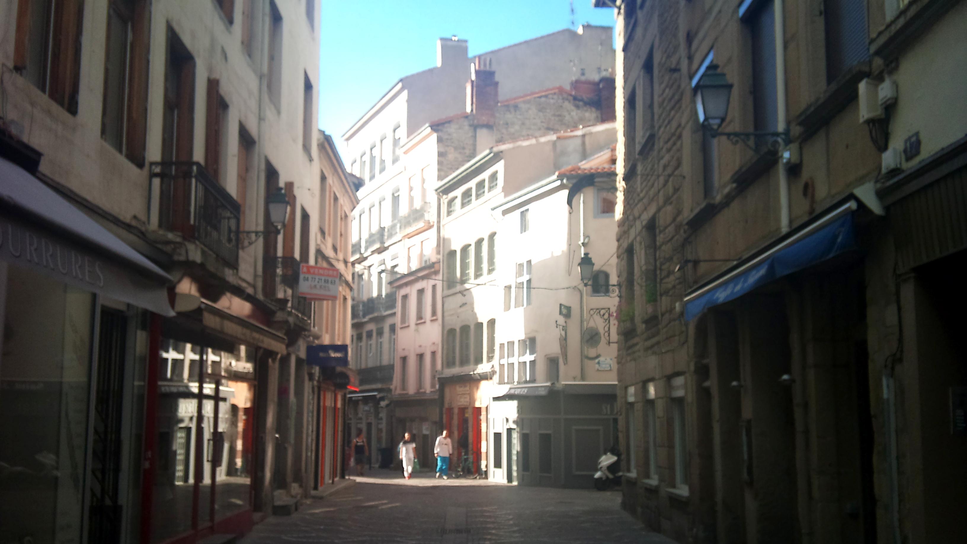 File vue sur la rue des martyrs de vingr saint tienne for Miroir rue des martyrs