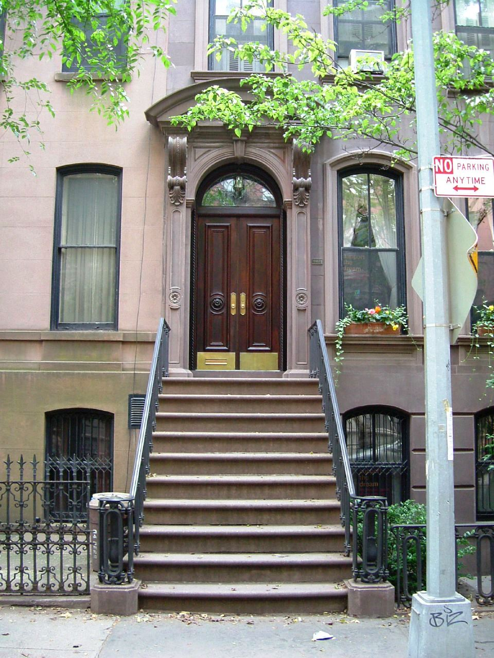 File 66 perry street carrie bradshaw 39 s house from sex and for Casas en nueva york