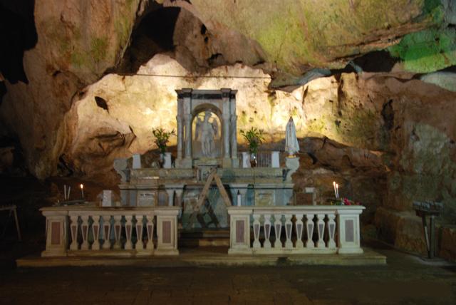 Altare principale-Grotta di San Michele (Cagnano Varano).jpg