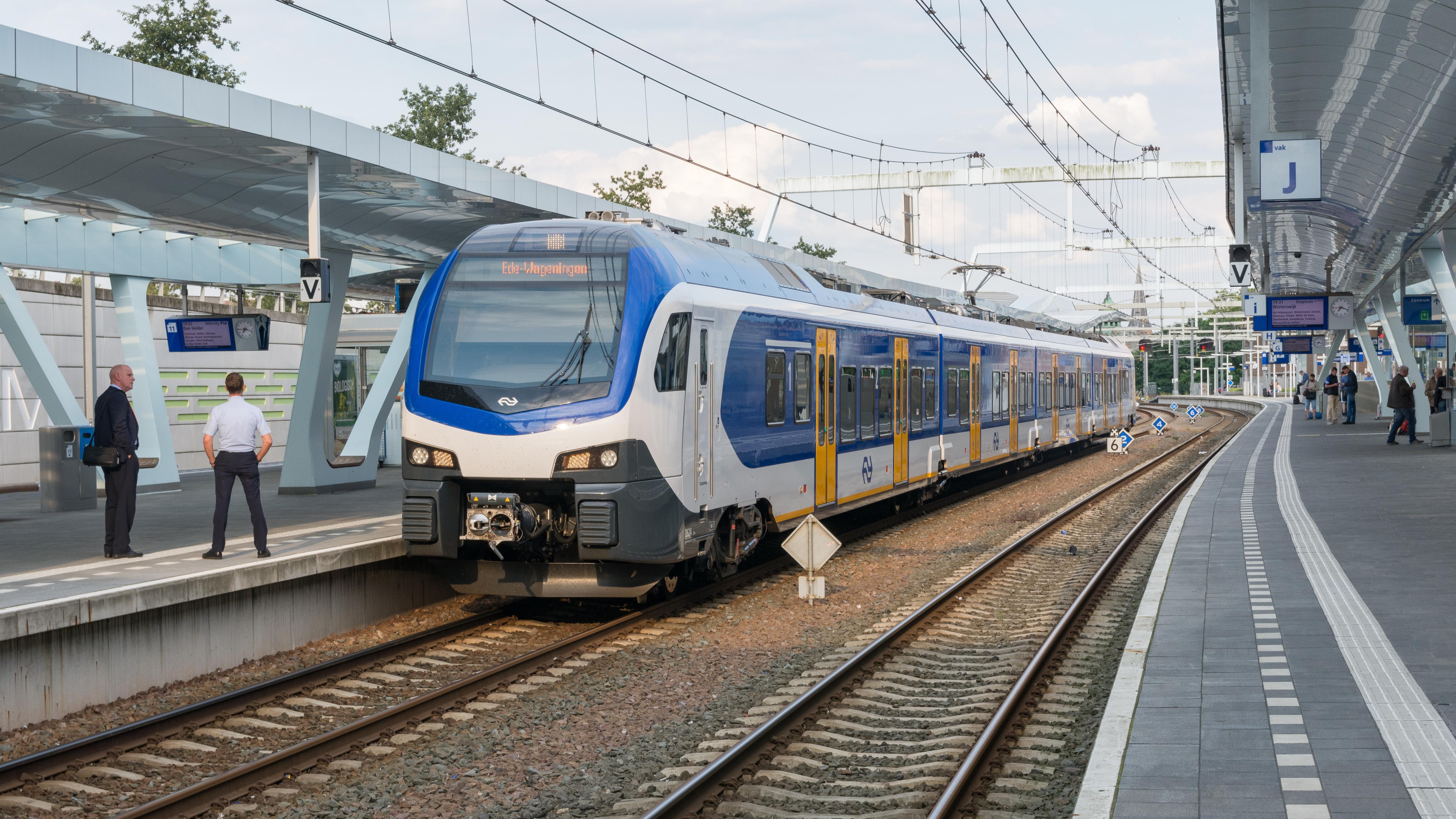 File:Arnhem Centraal NSR Flirt3 2524 Sprinter 7568 Ede-Wageningen  (36275553112).