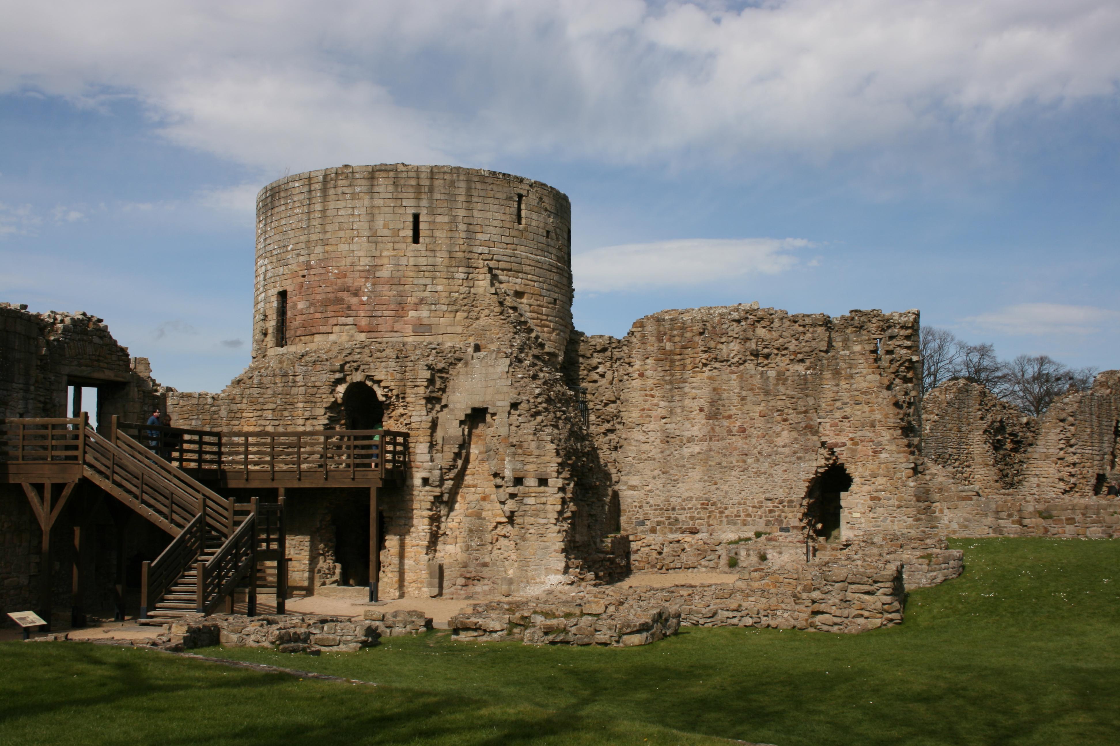 https://upload.wikimedia.org/wikipedia/commons/1/19/Barnard_Castle's_round_tower_(2),_2007.jpg