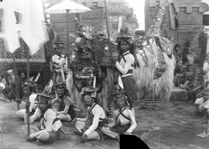 File:COLLECTIE TROPENMUSEUM Barong dansvoorstelling in Oeboed TMnr 10026826.jpg
