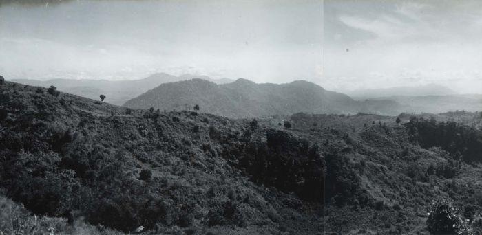 File:COLLECTIE TROPENMUSEUM Berglandschap tussen Djampang en de Wijnkoops-baai TMnr 60016743.jpg
