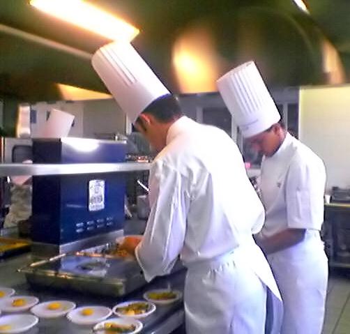 Đầu bếp đang làm việc tại Paris, Pháp (2005).