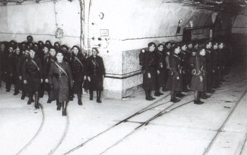 http://upload.wikimedia.org/wikipedia/commons/1/19/French_soldiers_on_Maginot_Line.jpg