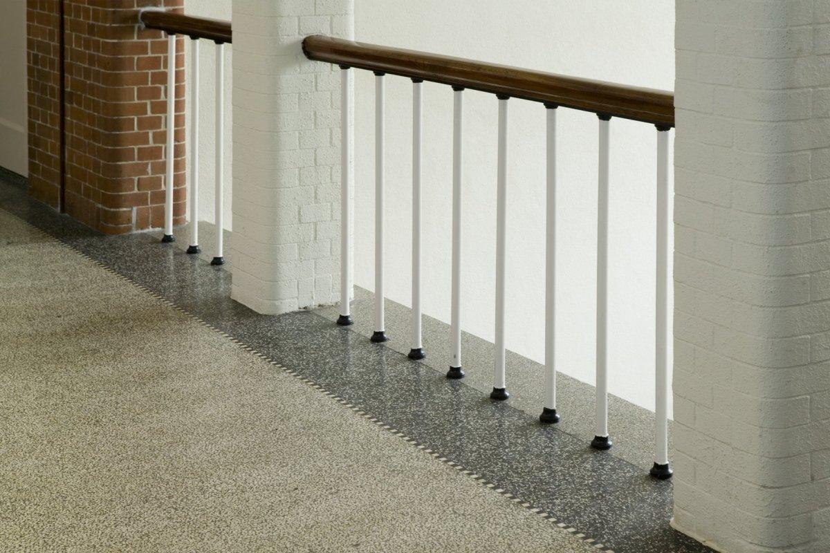 Bestand interieur balustrade van trap met terrazzovloer for Balustrade trap