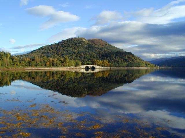 Inveraray Bridge - Loch Fyne - Michael Parry [CC BY-SA 2.0 (http://creativecommons.org/licenses/by-sa/2.0)], via Wikimedia Commons