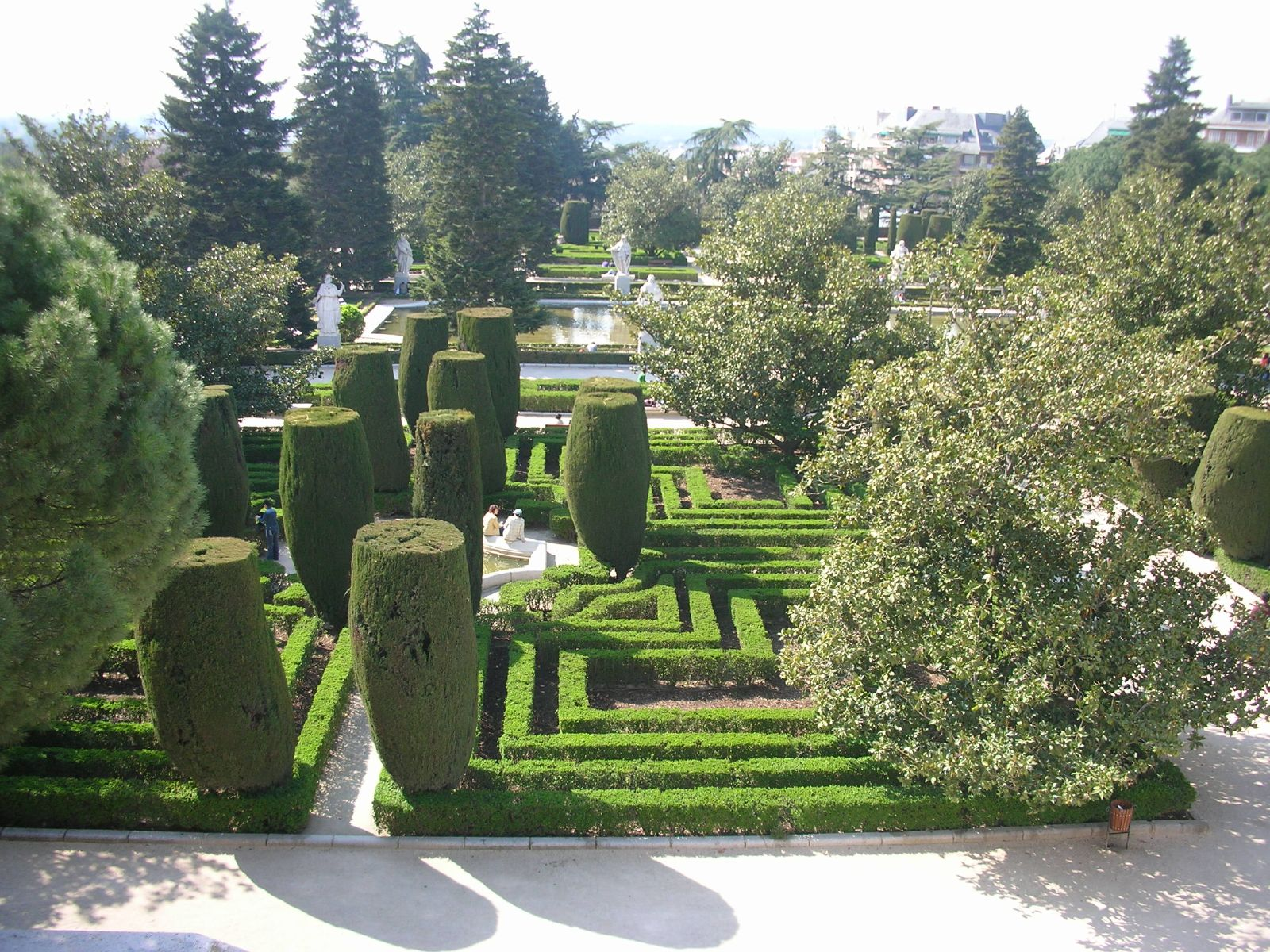 File jardines de sabatini madrid wikimedia commons for Jardin los cedros