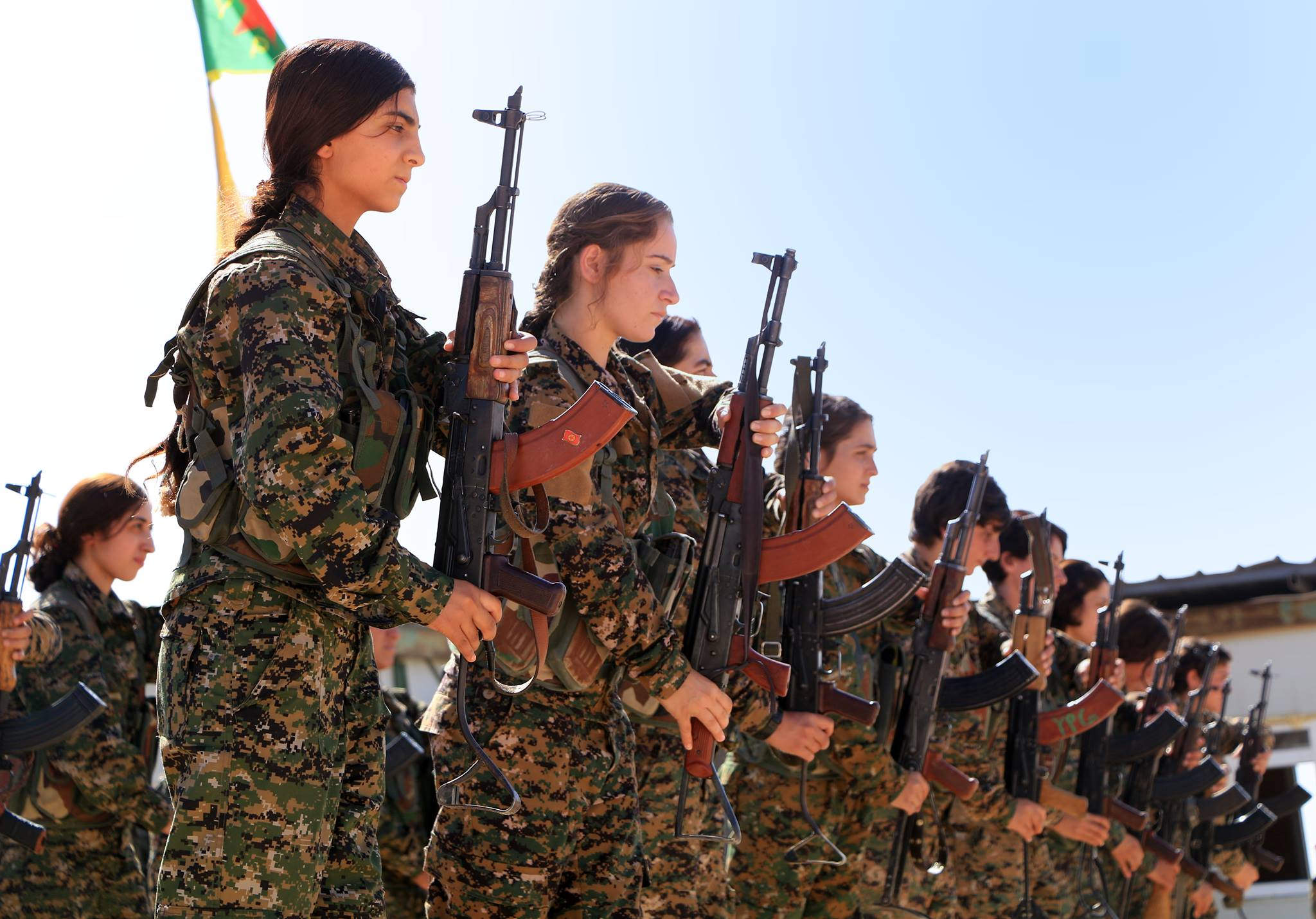 https://upload.wikimedia.org/wikipedia/commons/1/19/Kurdish_YPG_Fighters_%2830358638660%29.jpg