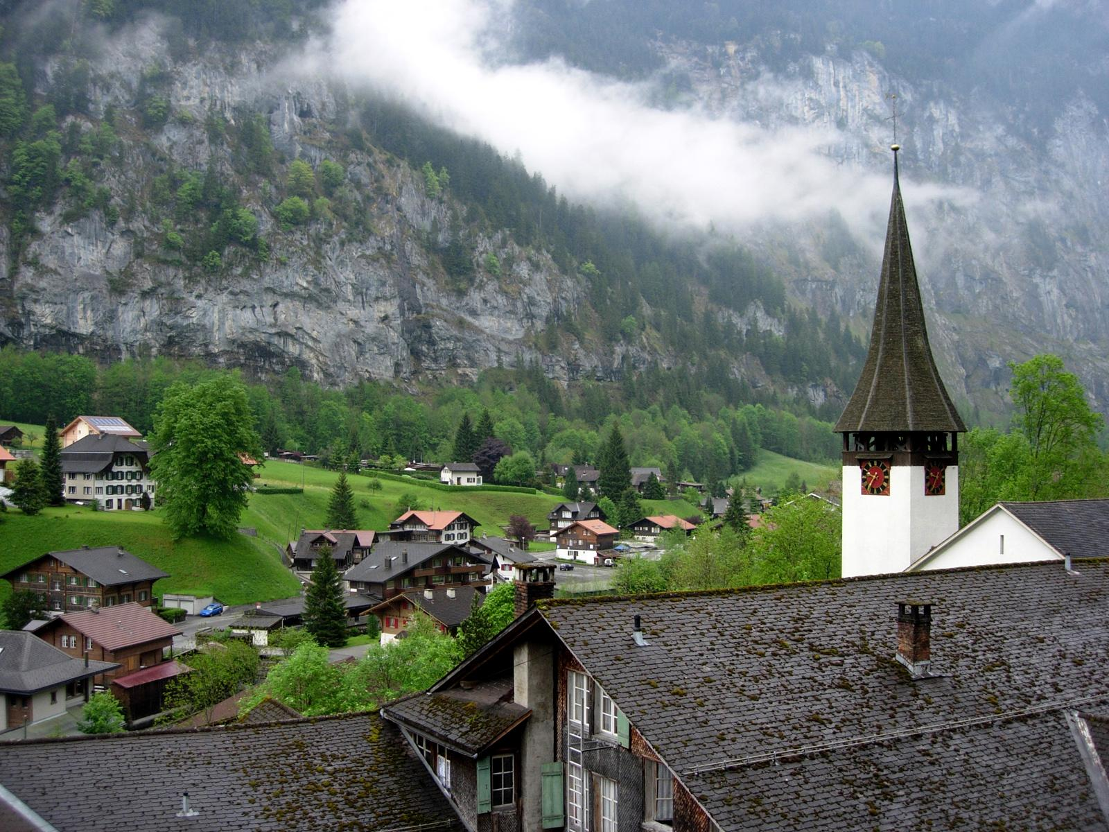 https://upload.wikimedia.org/wikipedia/commons/1/19/Lauterbrunnen.jpg