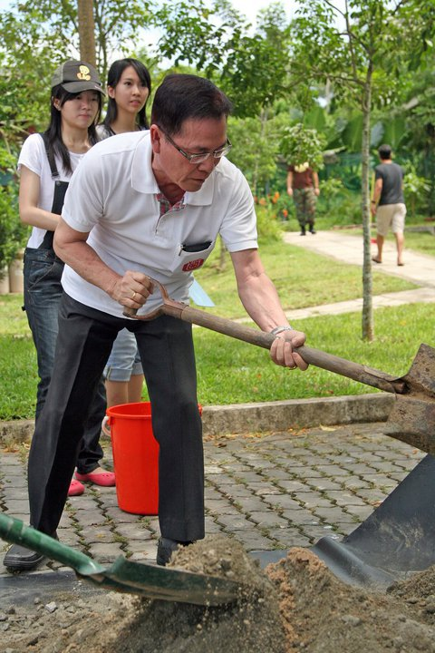 Man digging with a spade, Singapore - 20110519.jpg