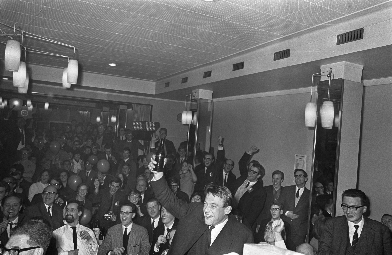 Van Mierlo viert de verkiezingsoverwinning in Krasnapolsky (15 februari 1967)