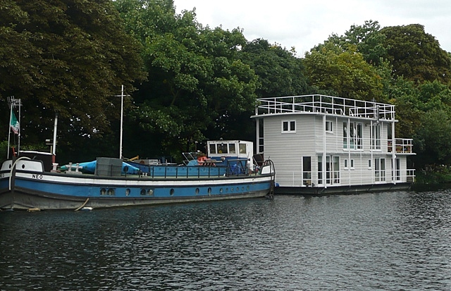 Péniche and houseboat at Dumsey Eyot - geograph.org.uk - 948824