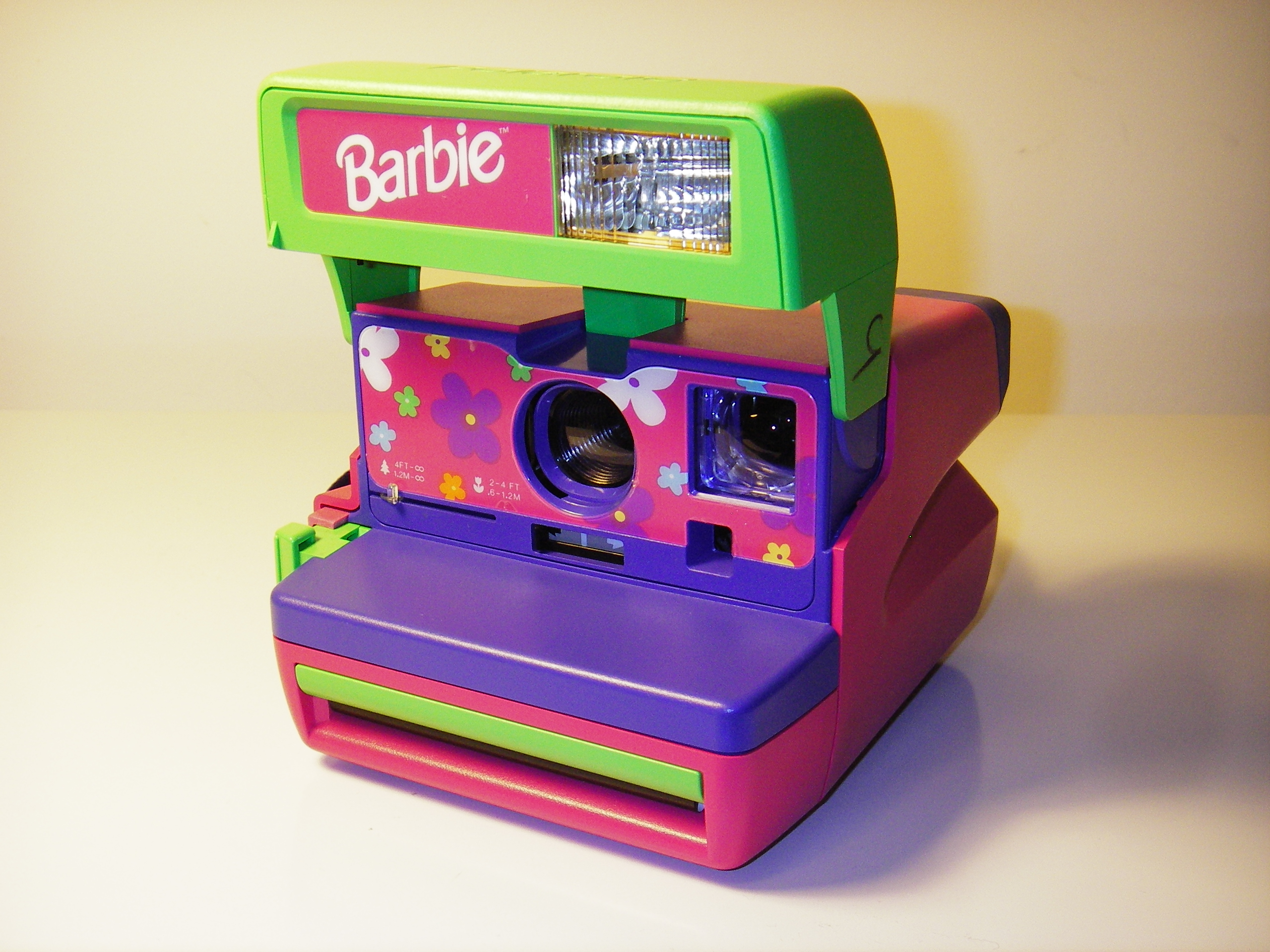 File:Polaroid Barbie Pink Instant 600 Film Camera.jpg - Wikimedia ...