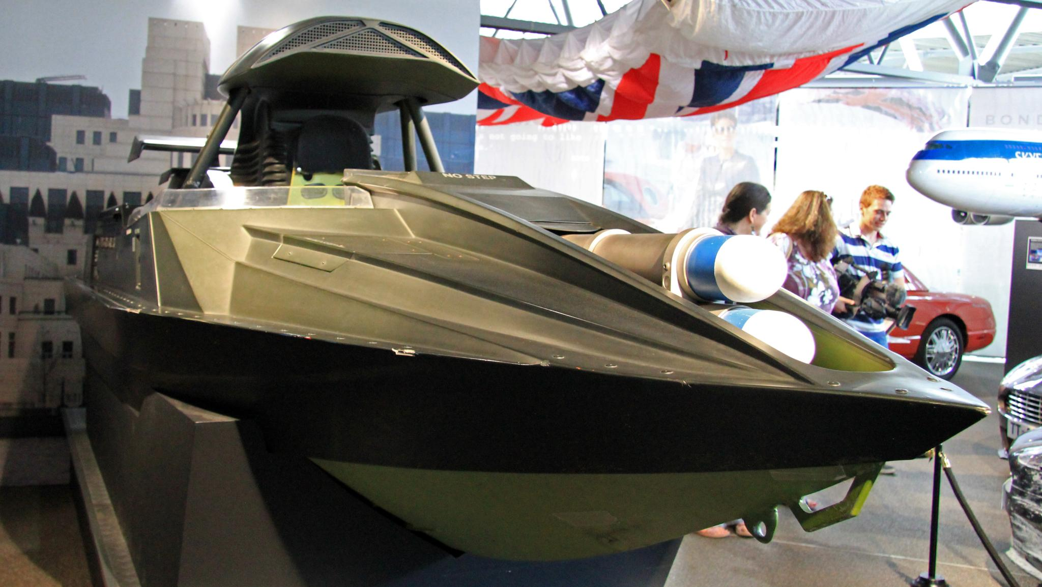 File:Q Jet Boat (The World Is Not Enough) front-right