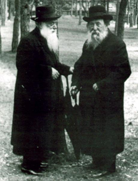 הרב חיים עוזר גרודזנסקי (מימין) משוחח עם הרב שמעון שקופ.