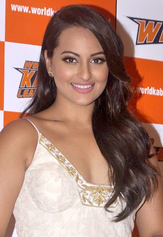 The 29-year old daughter of father Shatrughan Sinha and mother Poonam Sinha, 168 cm tall Sonakshi Sinha in 2017 photo