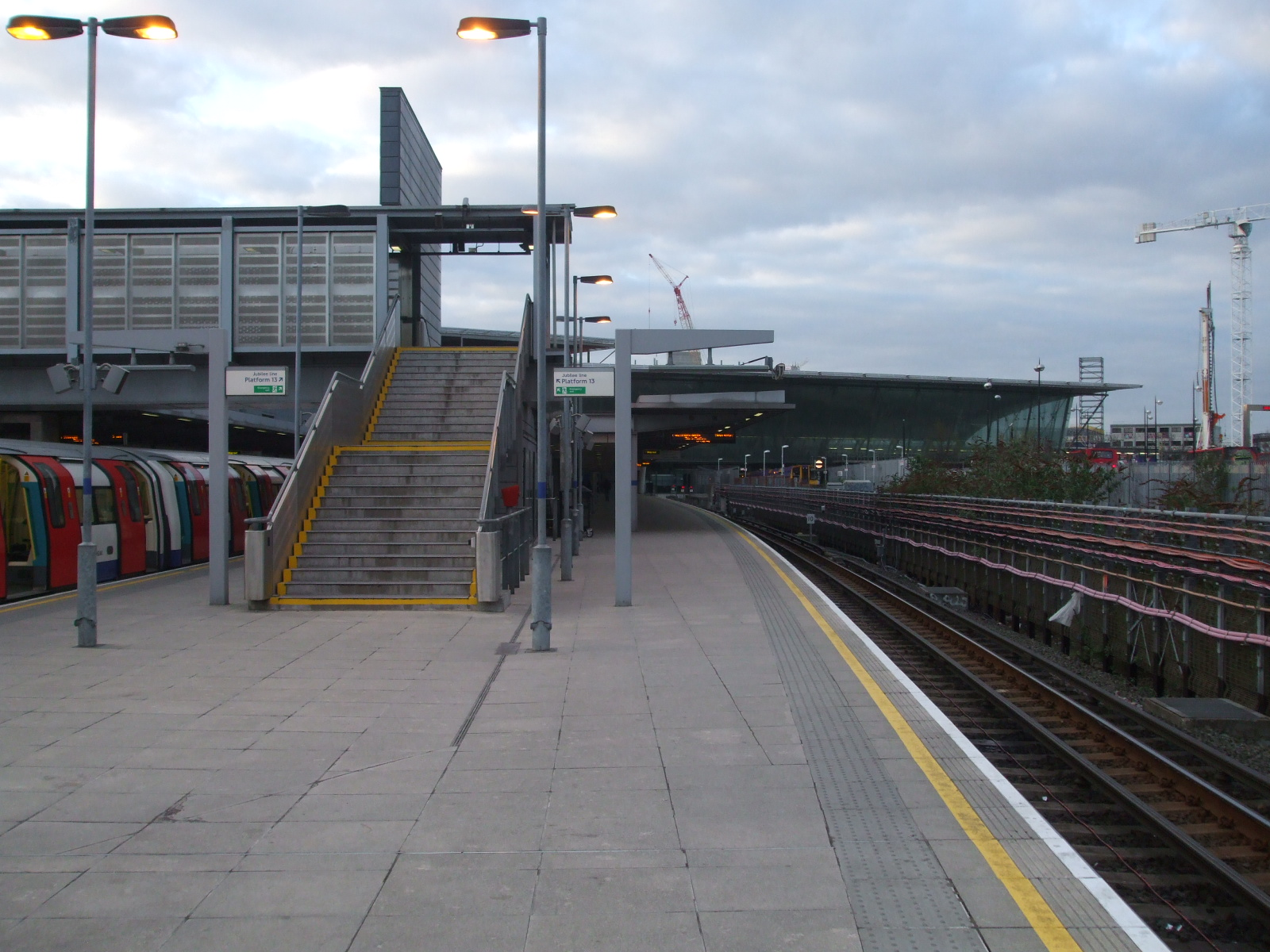 File:Stratford station Jubilee platform 15 look north.JPG ...