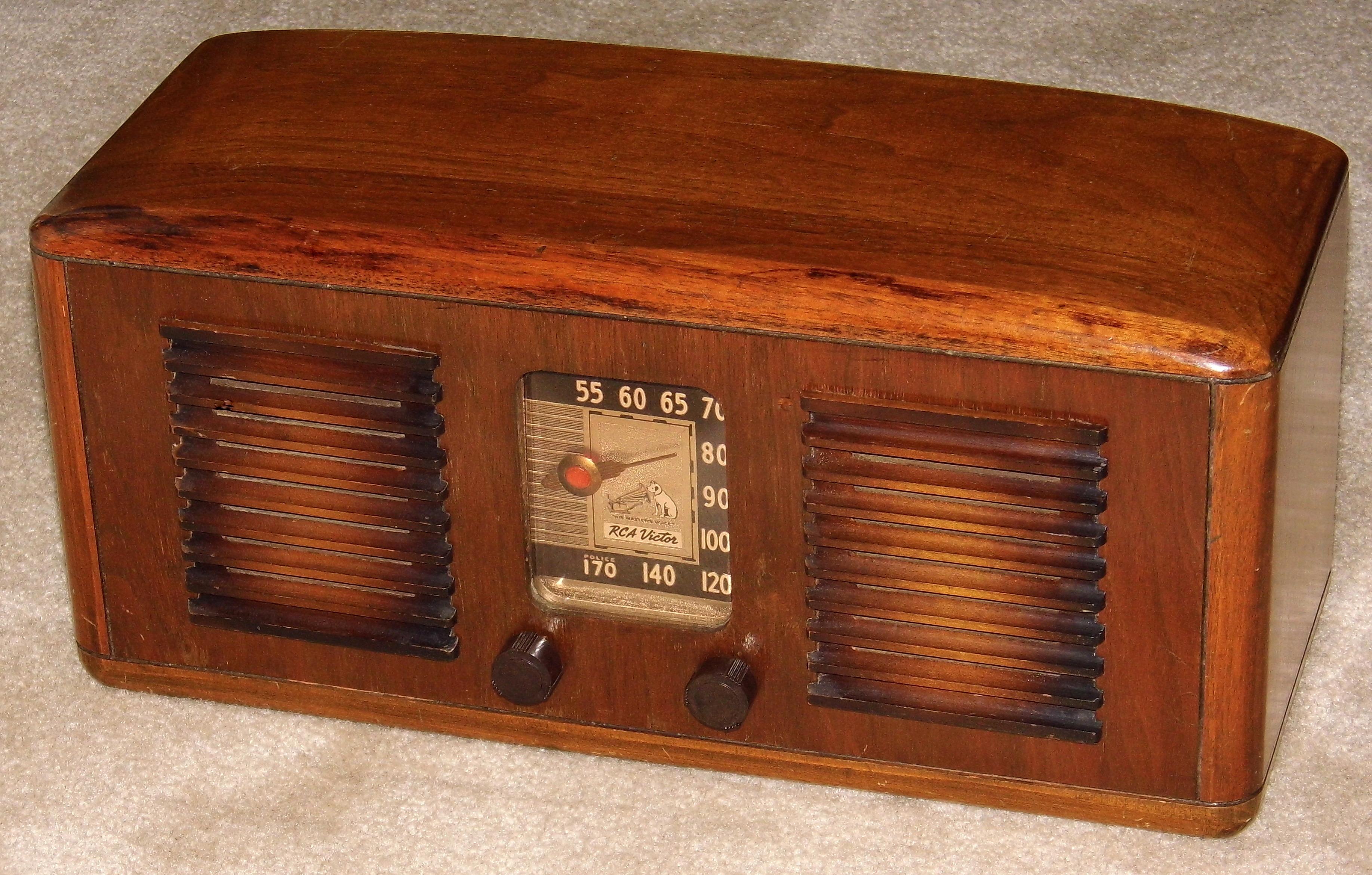 File:Vintage RCA Wood Table Radio, Model 55X, 5 Tubes