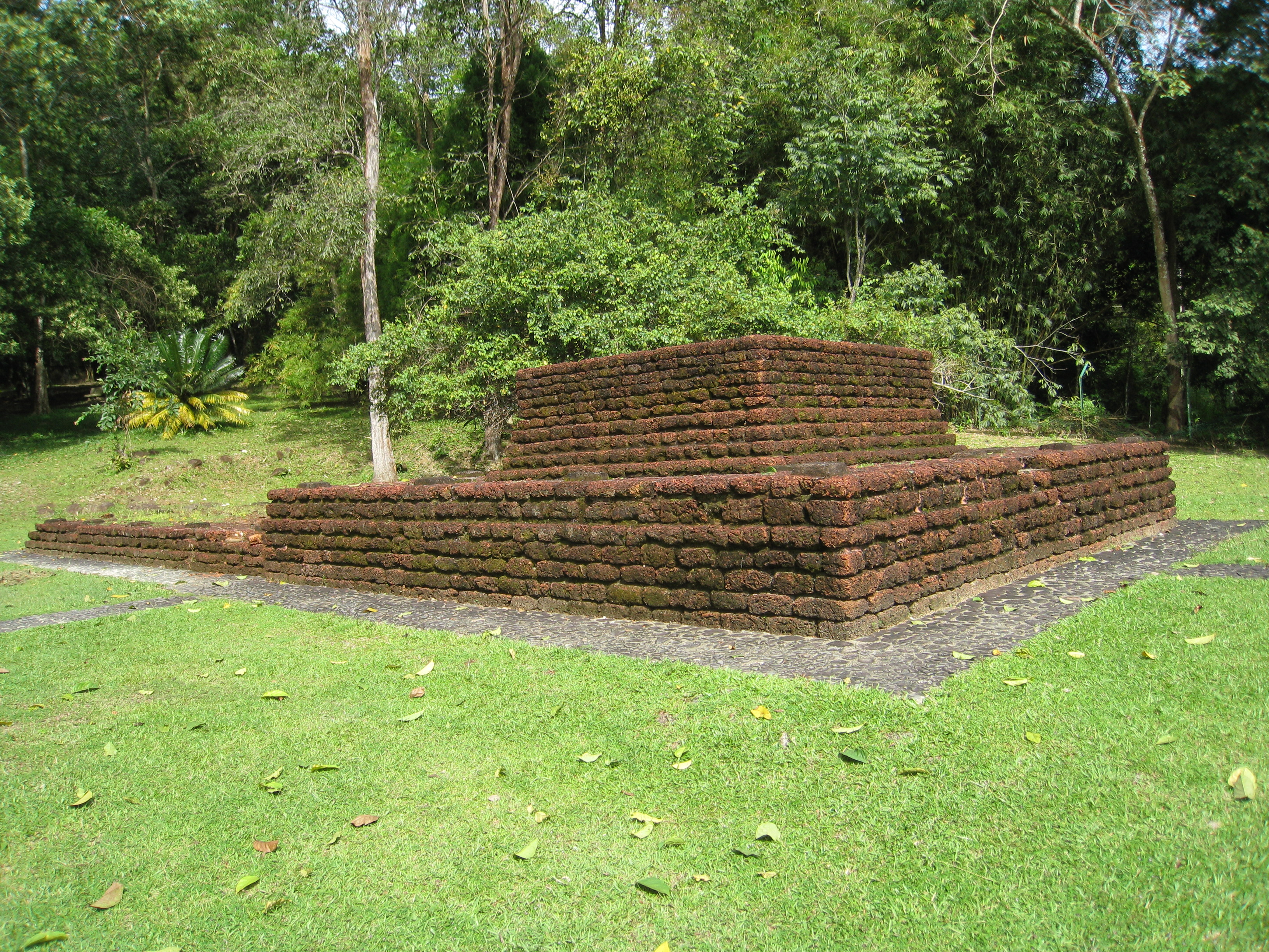 https://upload.wikimedia.org/wikipedia/commons/1/1a/006_Bujang_Valley_Candi.jpg