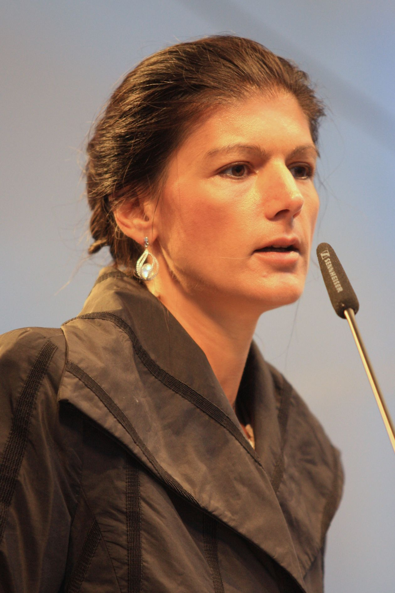 https://upload.wikimedia.org/wikipedia/commons/1/1a/2013-09-12_Sahra_Wagenknecht_370.JPG