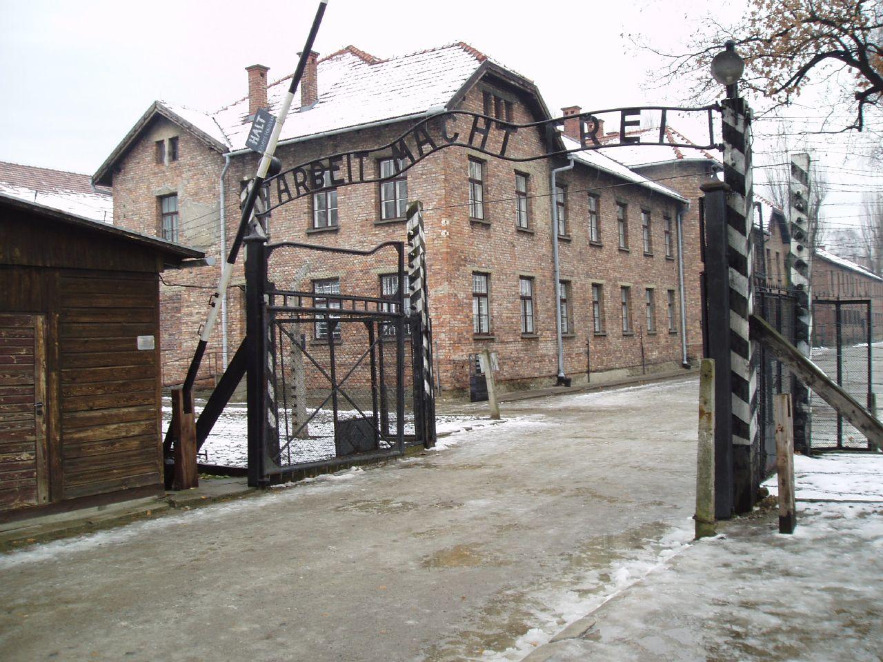 auschwitz concentration camp Zapraszamy do odbycia wirtualnej wycieczki po państwowym muzeum auschwitz-birkenau autorzy: wirtualny spacer i (panoramy: marek kocjan, leszek cuper.