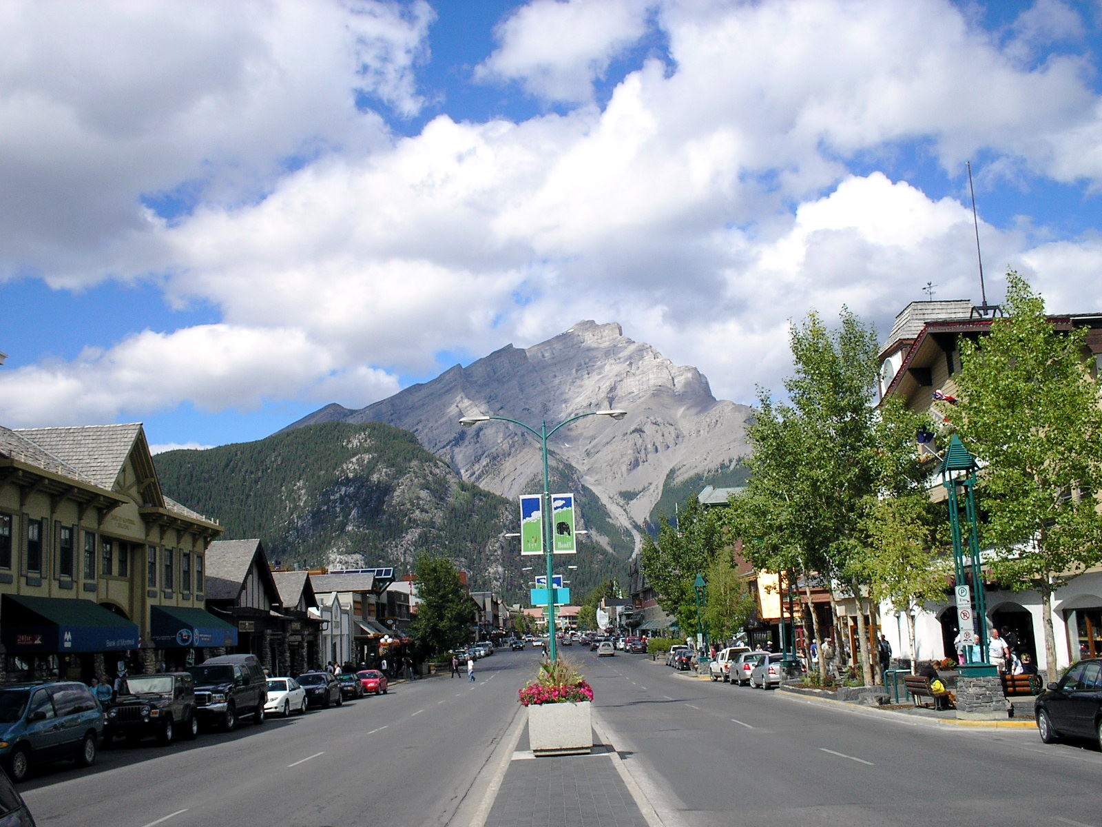 http://upload.wikimedia.org/wikipedia/commons/1/1a/Banff_Avenue_-_Cascade_Mountain.jpg