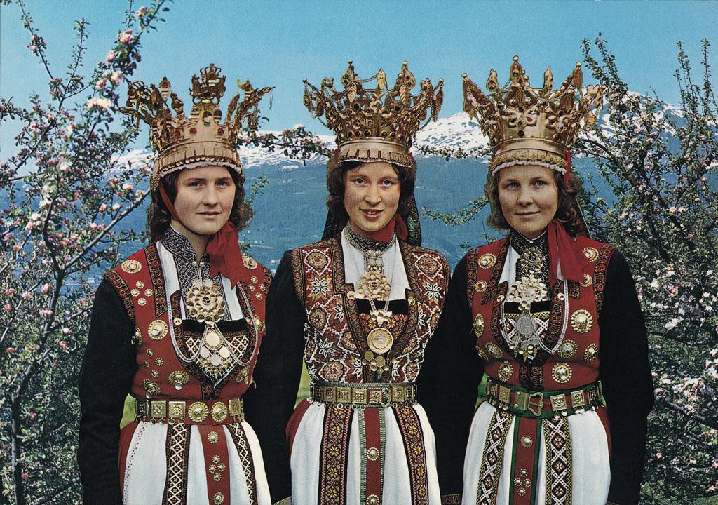 Zdjęcie trzech kobiet w ludowych strojach norweskich