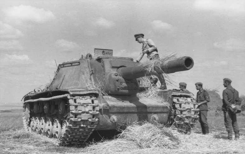 Captured SU-152 examined by German troops in 1943 - Credits: Bundesarchiv