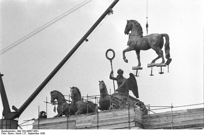 File:Bundesarchiv Bild 183-58697-0001, Berlin, Brandenburger Tor, Quadriga.jpg