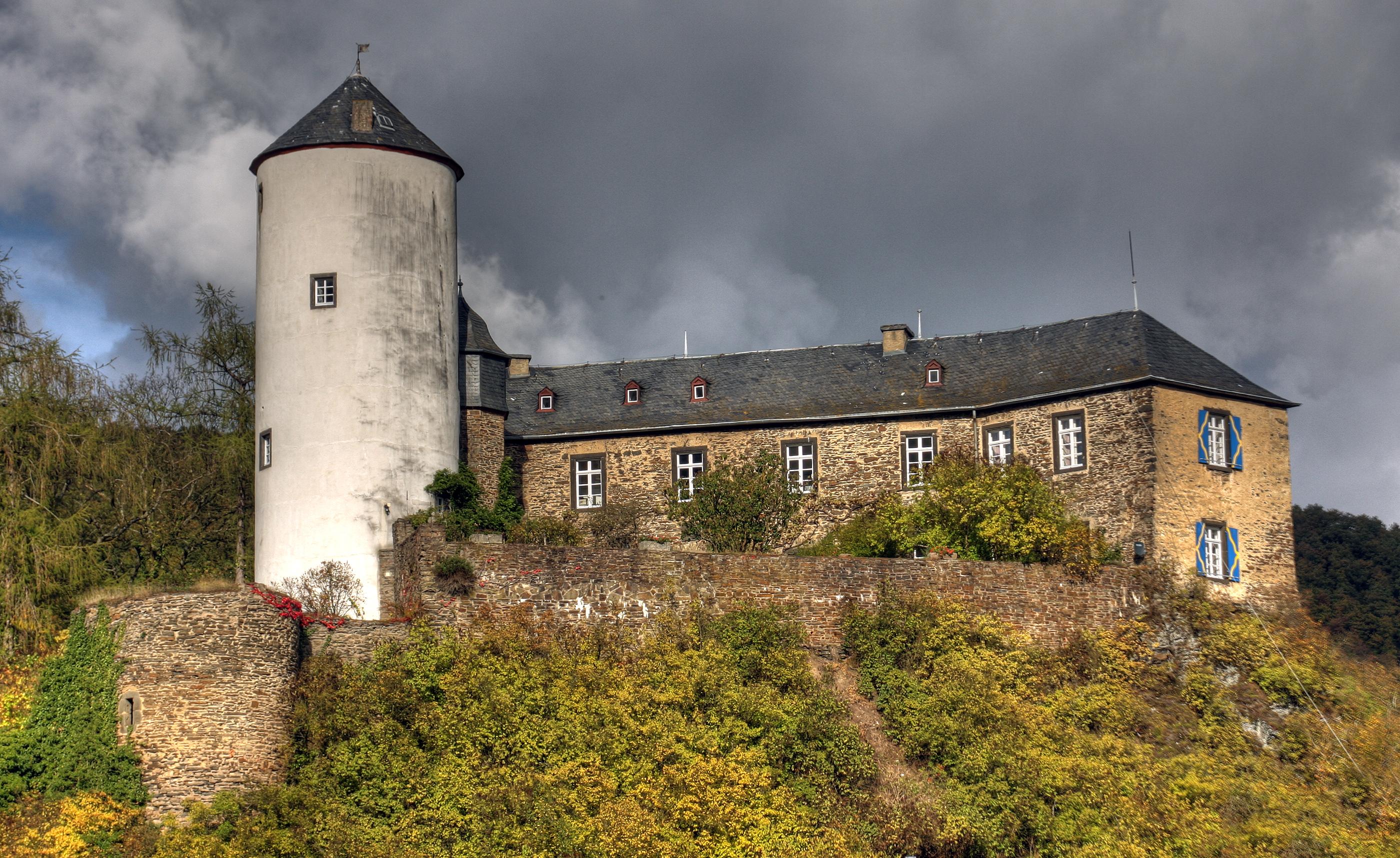 https://upload.wikimedia.org/wikipedia/commons/1/1a/Burg_Kreuzberg,_Ahr,_2009.jpg