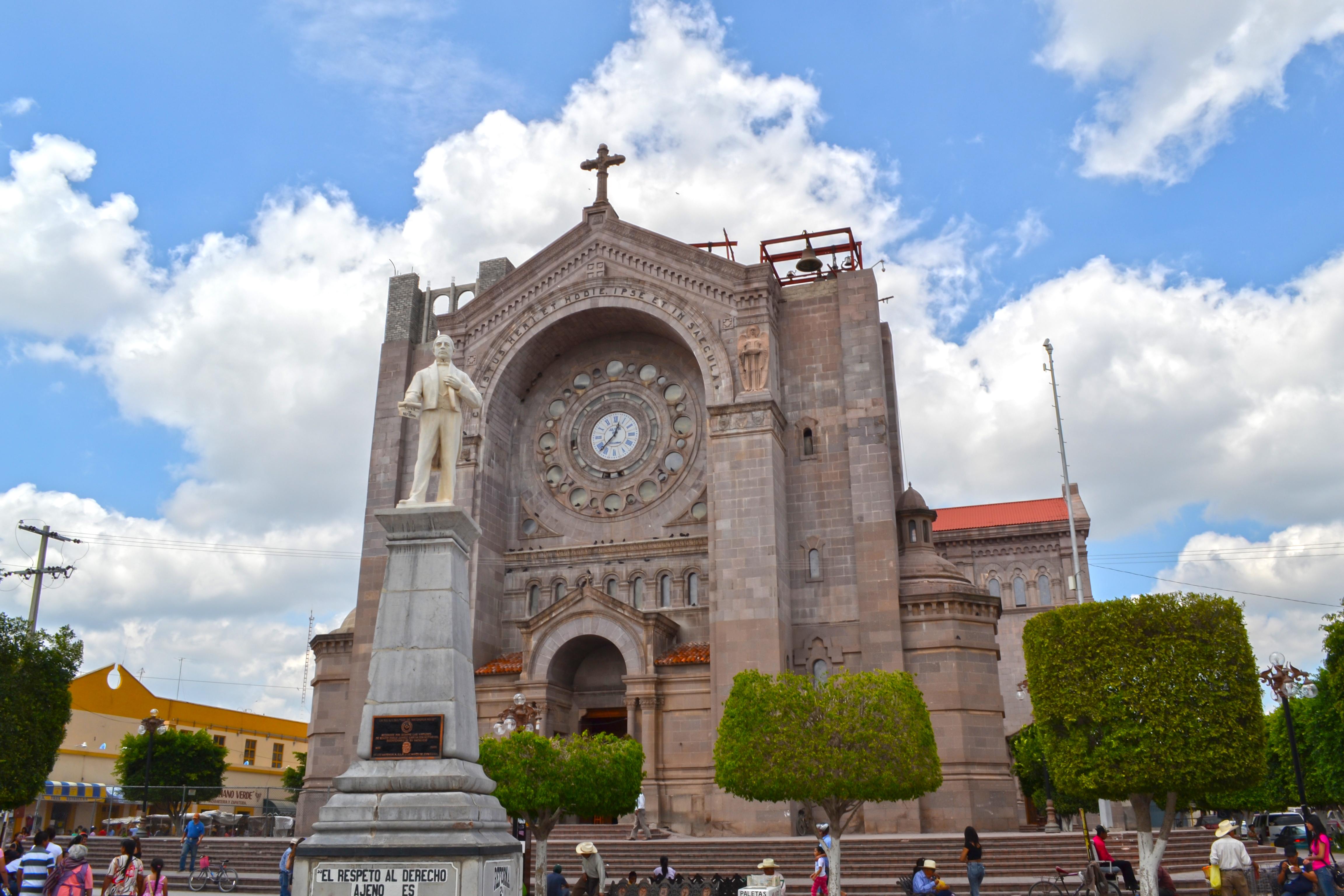 personas caminando por la catedral de matehuala