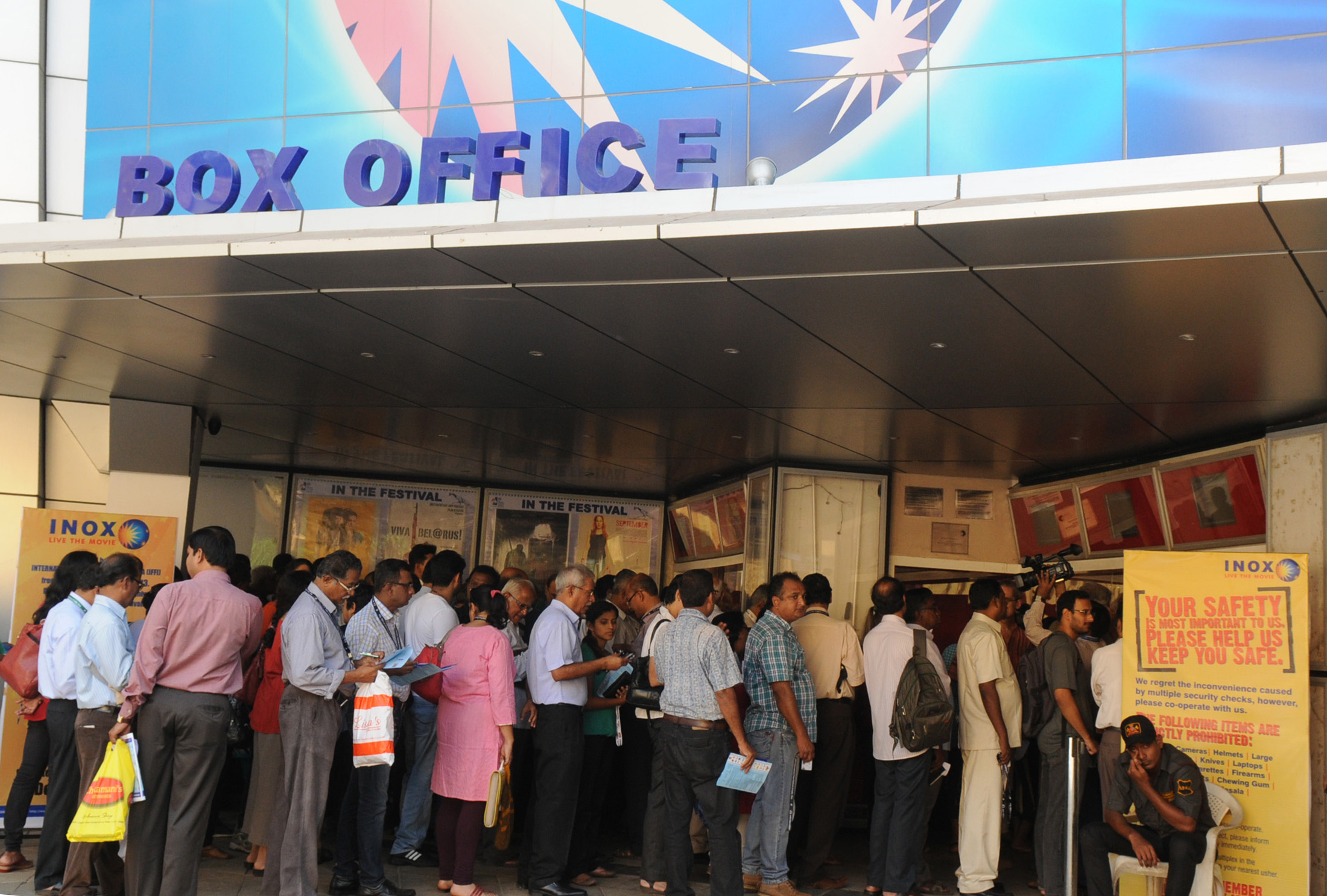 File Cinema Enthusiastic Line Up For Getting A Ticket For The First Show To Be Screened At The Inox Multiplex Theatre Which Is One Of The Venues For The 44th International Film Festival