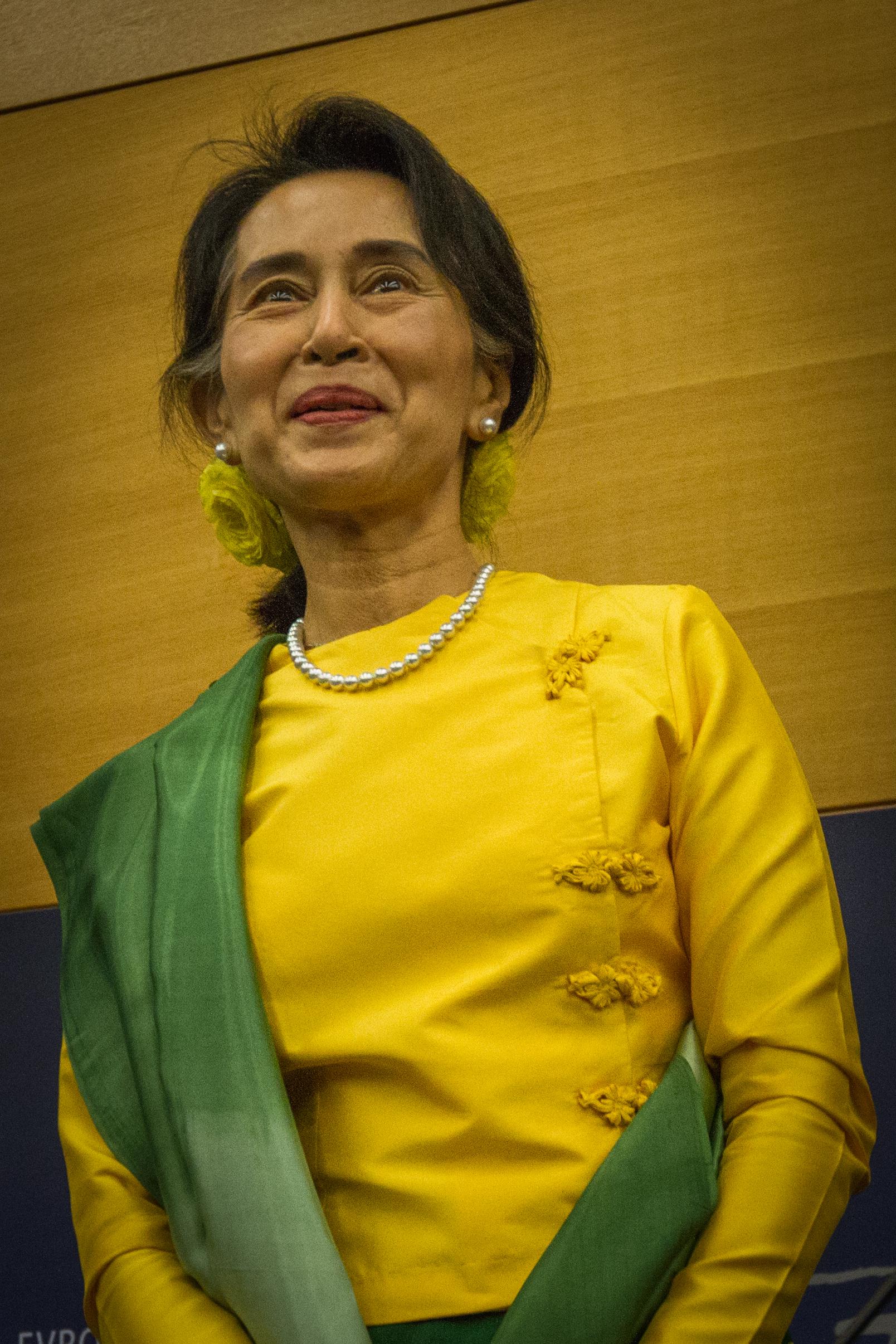 File conf rence de presse aung san suu kyi parlement for Comfaience de strasbourg