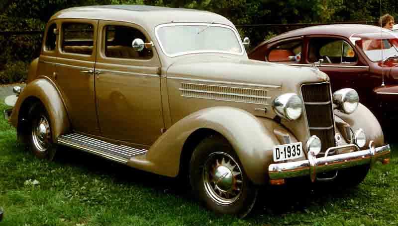 File dodge 4 door sedan wikimedia commons for 1936 dodge 4 door sedan