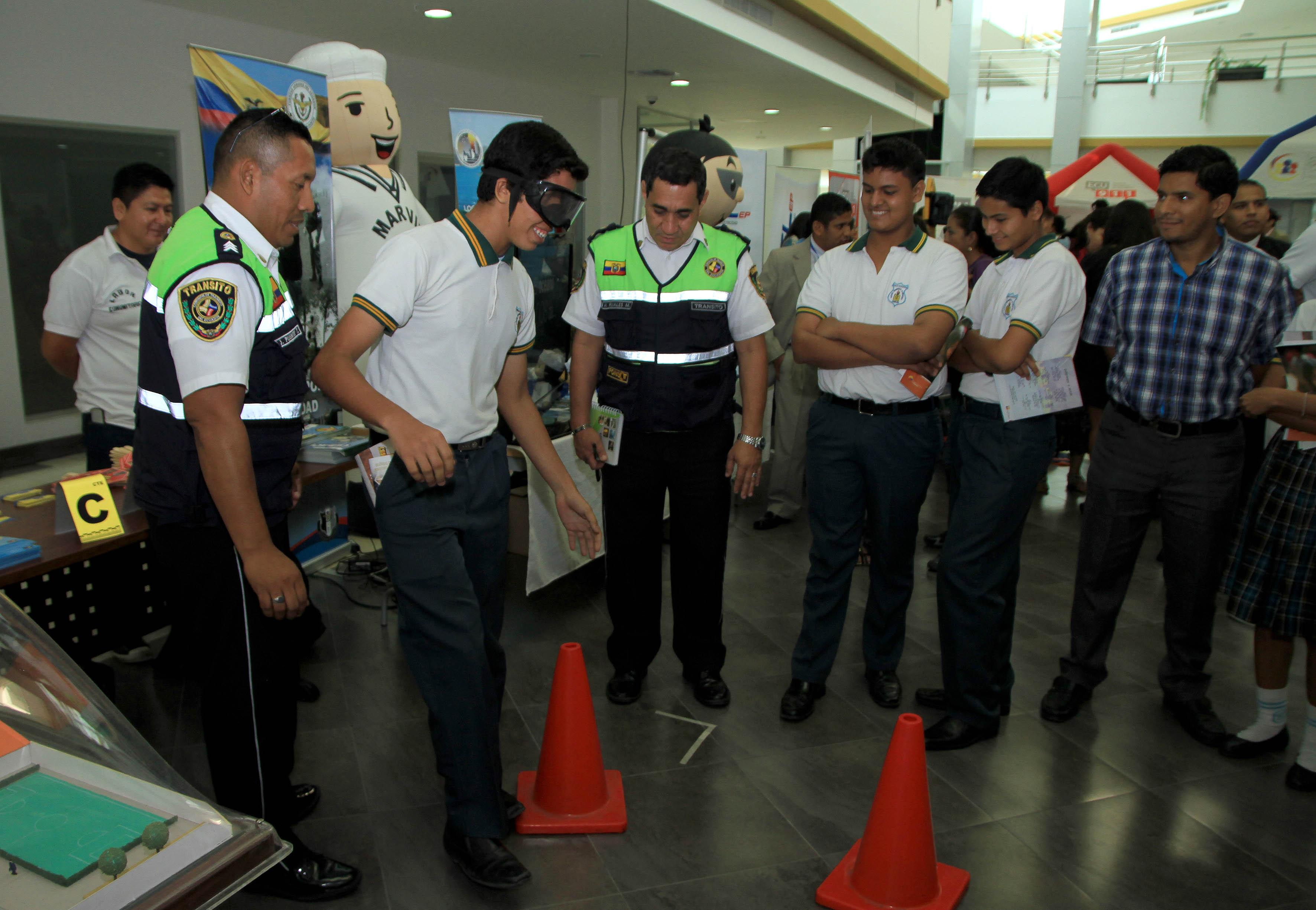 ECU 911 (16426151696).jpg Guayaquil, jueves 05 de febrero del 2015.- El Servicio Integrado de Seguridad realizó una casa abierta con la finalidad