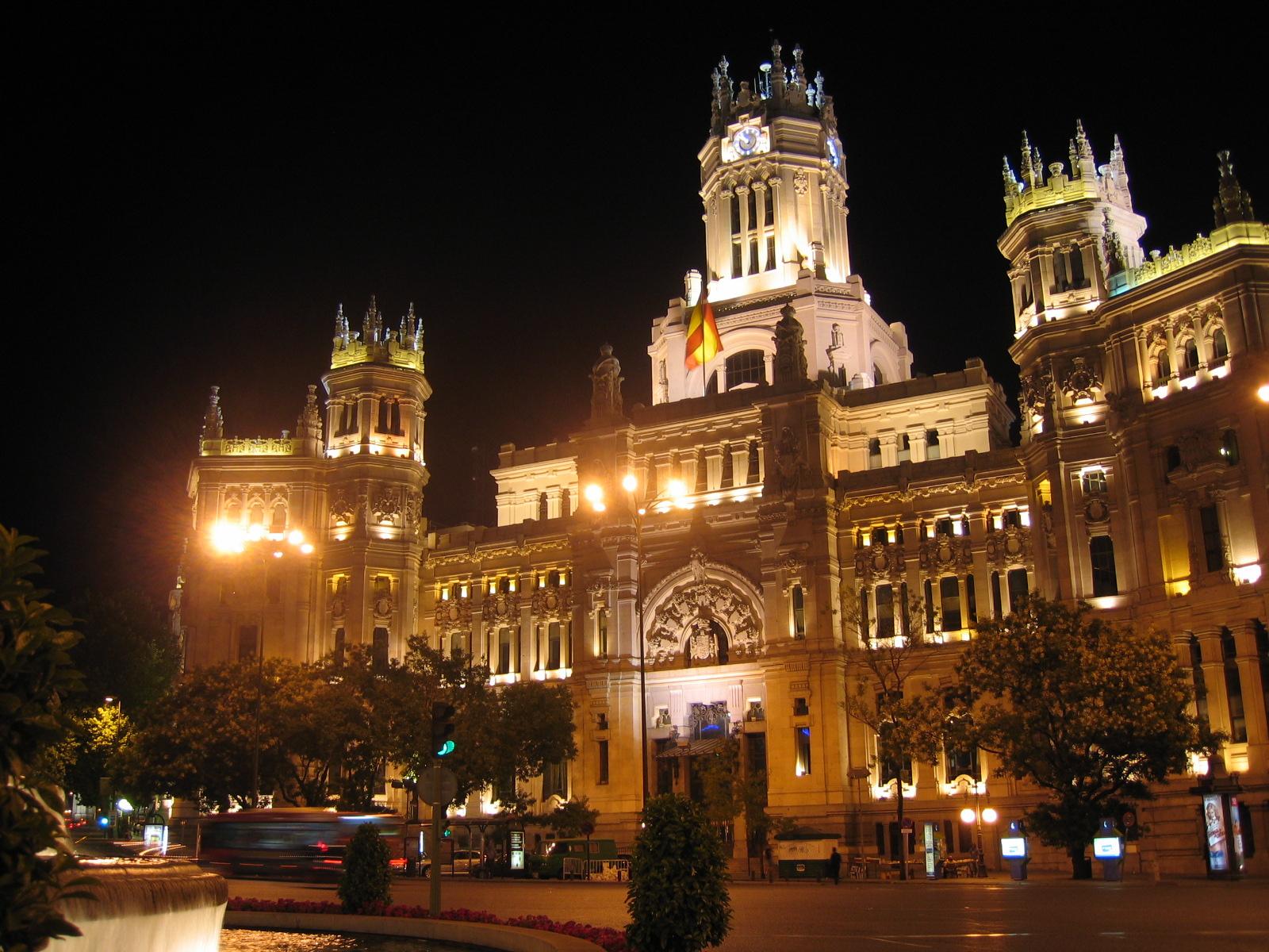 File edificio correos cibeles noche wikimedia for Edificio de correos madrid