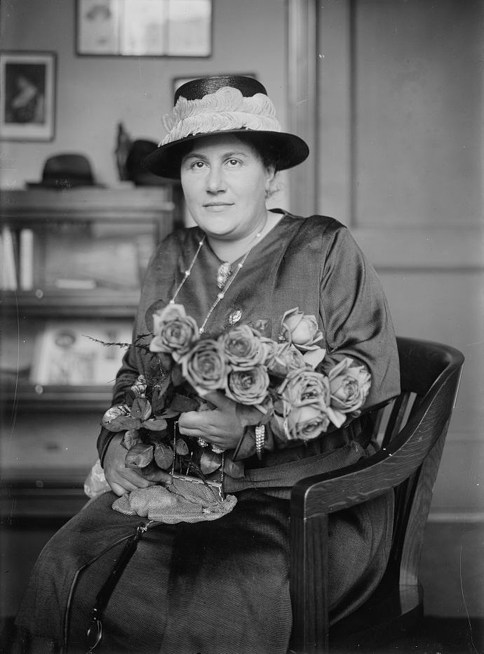 Emmy Destinn with roses in 1919
