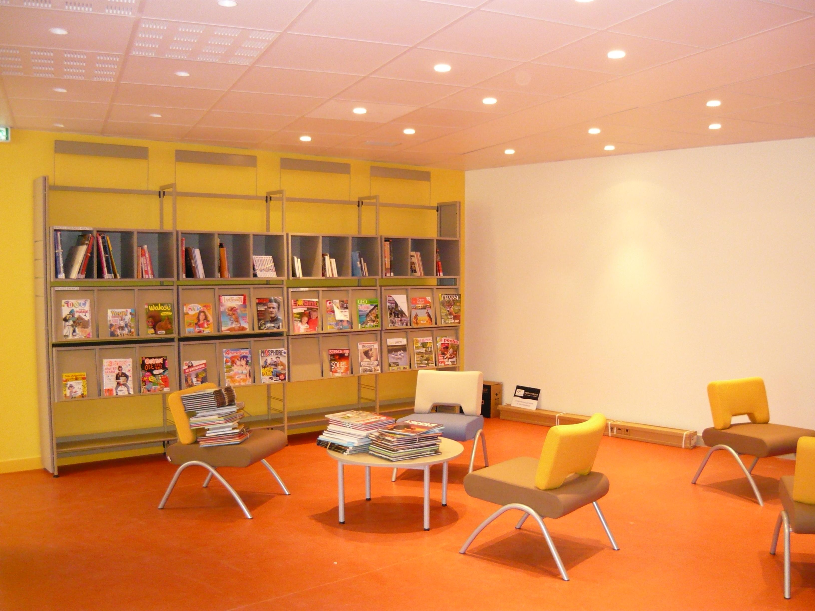 file espace presse et bd adultes jpg wikimedia commons. Black Bedroom Furniture Sets. Home Design Ideas