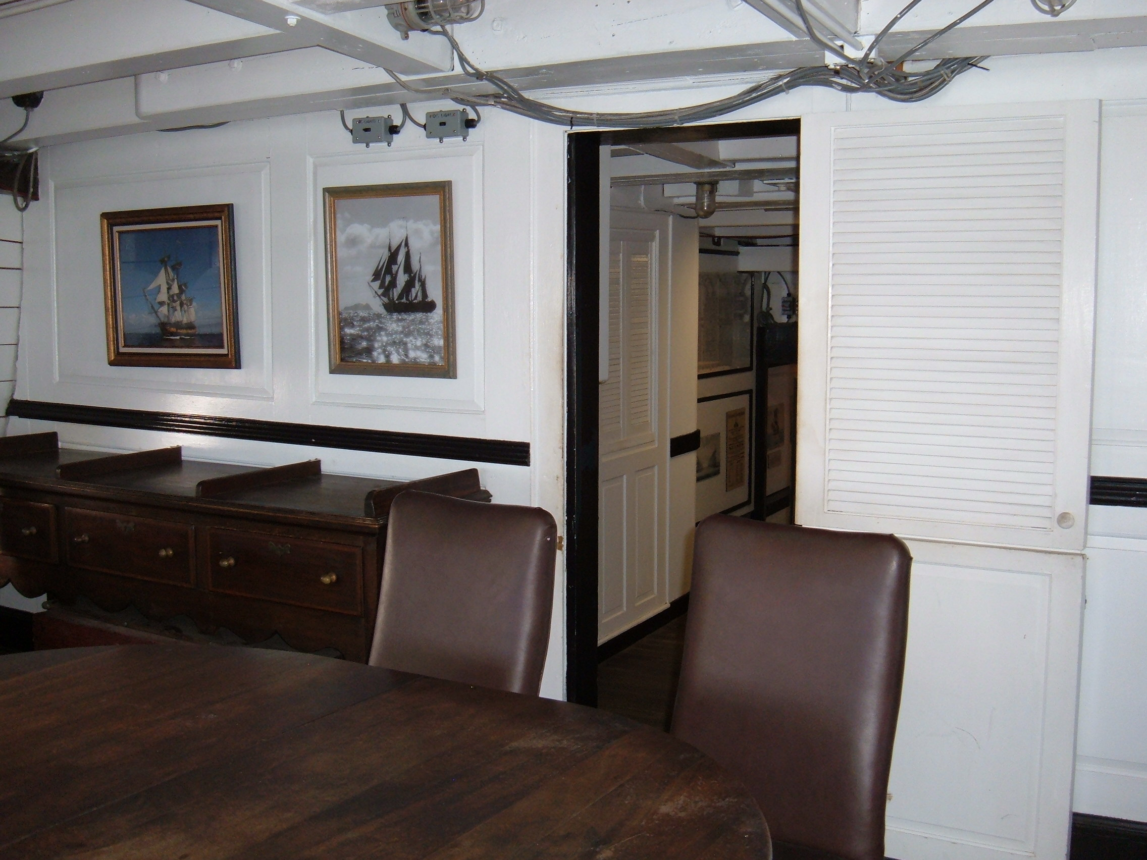 File hms surprise replica ship captain 39 s cabin 6 jpg for Captain s cabin