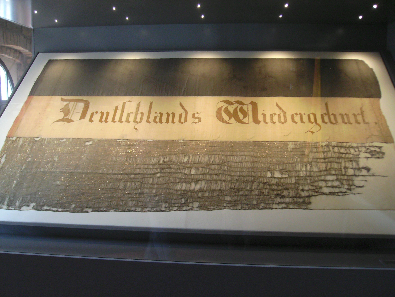 """Abreschs """"Ur-Fahne"""" im Hambacher Schloss"""