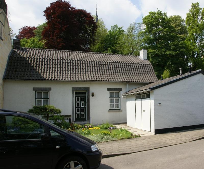 Laag huis met mansardedak en ingang in naamse steen in maastricht monument - Huis ingang ...