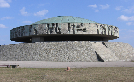 ファイル:Majdanek - ashes mount.jpg